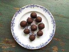 Food Pharmacy |  » Recept på nötfria raw kolabollar med mörk choklad och havssalt.