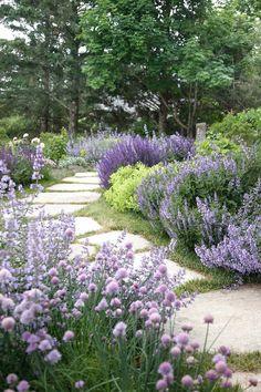 18 Amazing Japanese Garden Design Ideas You Must Know 13 Backyard Garden Landscape, House Landscape, Garden Paths, Balcony Garden, Border Garden, Cottage Garden Design, Flower Garden Design, Flowers Garden, Unique Gardens