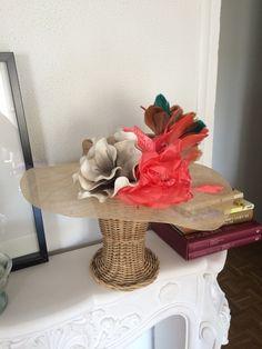 Pamela abierta con flores coral y topo #caridenicolasTocados #tocados #pamela #invitadaperfecta #invitada10 #lookdeinvitada www.caridenicolas.com