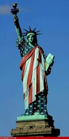 Freiheitsstatue / Statue of Liberty / Lady Liberty / Liberty Island - Manhattan, New York / Vereinigte Staaten von Amerika / United States of America / USA - Flaggen / Flags I Love America, God Bless America, America America, American Flag Pictures, Patriotic Pictures, Liberty Statue, Rock Poster, Happy Fourth Of July, July 4th