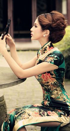 Qipao (Cheongsam) is a female dress with distinctive Chinese features and enjoys a growing popularity in the international world of high fashion. It is said that Qipao is the earliest fashion for women in Shanghai. Hanfu, Asian Woman, Asian Girl, Fashion Vestidos, Chinese Clothing, Chinese Dresses, Chinese Silk Dress, Cheongsam Dress, Yukata