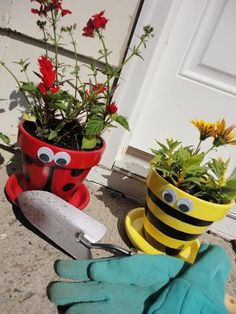Clay Pot Critters How To Make Planters Tutorial Mother's day idea. Paint a clay pot with craft paint. Then spray the entire pot with clear mod podge spray or sealing spray paint. Add eyes and matching plants. Clay Pot Projects, Clay Pot Crafts, Diy Projects, Garden Projects, Flower Pot People, Clay Pot People, Flower Pot Art, Flower Pot Crafts, Painted Clay Pots