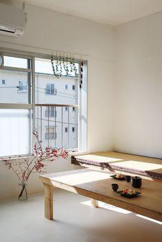 築49 年の団地に残る畳、襖、押入れなど、手ざわりの良い日本家屋的な要素を活かし、間取りは現代の生活スタイルに合わせて再構築。 text_ Yasuko M