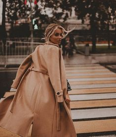 Shared by 𝕴𝖓𝖛𝖎𝖘𝖎𝖇𝖑𝖊 𝕭𝖑𝖔𝖓𝖉𝖊 ♛. Find images and videos about fashion, style and aesthetic on We Heart It - the app to get lost in what you love. Portrait Photography Poses, Photography Poses Women, Autumn Photography, Street Photography, Fashion Photography, Foto Fashion, Fashion Shoot, Photoshoot Inspiration, Mode Inspiration