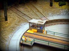 Maqueta ferrocarriles españoles. Depósito locomotoras. Escala H0.