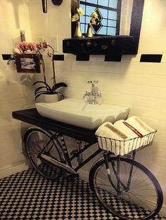Mueble lavabo con bicicleta