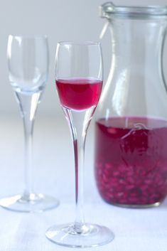 Nalewka z granatu Alcoholic Drinks, Cocktails, Wine Storage, Red Wine, Wine Glass, Champagne, Food And Drink, Tableware, Party