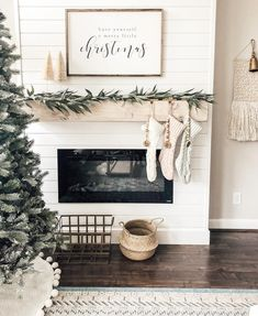 Are you searching for images for farmhouse decor? Browse around this website for amazing farmhouse decor inspiration. This kind of farmhouse decor ideas will look absolutely terrific. Christmas Mantels, Christmas Home, Christmas Ideas, Christmas Fireplace Decorations, Rustic Christmas, Christmas Cactus, Christmas Living Room Decor, Simple Christmas Decorations, Scandinavian Christmas Decorations