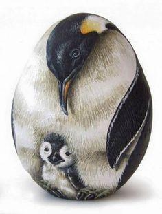 Piedra pintada pinguino