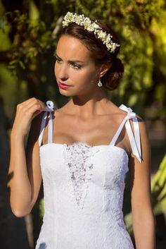 Ludivine Guillot, robe de mariée sur mesure à Lyon. Dentelle - transparence - noeud - coton - bohème - chic - boho - fourreau - bustier - rétro - vintage - originale - glamour - wedding dress - bridal gown - lace - mariage - tendance 2017 2018 - bretelles - ruban - couronne - fleurs - chignon bas - coiffure mariée