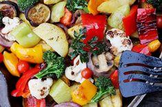 Казалось бы, запечь овощи — это легко. Однако на практике далеко не всегда результат получается идеальным. В обзоре — несколько распространенных ошибок, которые мы совершаем при запекании овощей.
