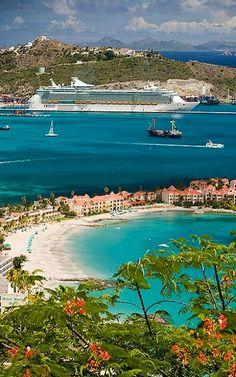 Cruise ship in St. Maarten, Caribbean Island (by Fabi Fliervoet on Flickr)
