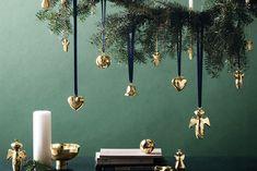Говорят, что Рождество и Новый Год - это волшебное время, полное чудес и света, и это действительно так. Волшебство заключается в прекрасном богатстве тактильного воздействия, в изысканном восторге, который приносит праздник в чувства, запахи и вкусы. Цвета и огни, воспоминания и ожидания… и Рождественские украшения.    Давайте исследуем огромное разнообразие рождественских тем декора и идей, которые помогут