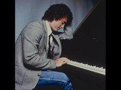 The piano man! Billy is one of the BI reasons why I started playing the Piano. No, I'm not as good as him, but I can play some parts of his songs! We Will Rock You, Piano Man, Out Of Touch, Playing Piano, Billy Joel, Film Music Books, Music Icon, My Favorite Music, Classic Rock