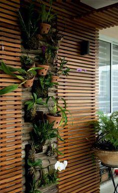 Mini jardín vertical para macetas con orquideas y bromelias.