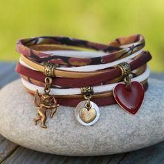 Bracelet cordon tissu et soie 2 tours _ breloque cupidon sequin nacre et coeur emaillé _ bordeaux, blanc, bronze