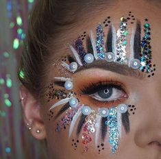 Ideas for festival makeup glitter face paintings make up Glitter Eyebrows, Glitter Makeup, Glitter Face Paint, Sparkle Makeup, Glitter Hair, Pink Glitter, Rave Face Paint, Jewel Makeup, Glitter Balloons
