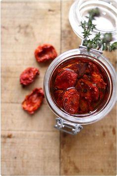 C'est en cette saison que les tomates confites font mon bonheur dans les salades et autres petits plats. Mais, c'est extrêmement cher pour ce que c'est. C'est pourquoi, je vous propose une recette pour réaliser vous-même vos tomates confites. Le mieux est d'utiliser des tomates très parfumées qui viendraient de votre