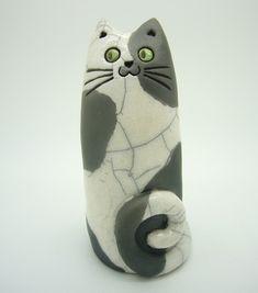 Petit totem chat stylisé, pièce unique en grès émaillé. Les craquelures, l'enfumage et les variations de l'émail sont obtenues par la technique de la cuisson raku, qui permet - 20928896