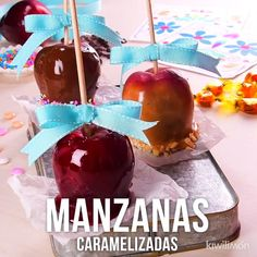 Prepare these delicious apples in different presentations, with red caramel, caramel and peanut or with chocolate; A dessert like no other. Mexican Snacks, Mexican Food Recipes, Dessert Recipes, Oreo Desserts, Apple Recipes, Sweet Recipes, Baking Recipes, Comidas Light, Memorial Day Foods