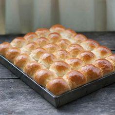 Baka otroligt fluffiga och mjuka frallor och servera som brytbröd till middagen. Bread Recipes, Cooking Recipes, Afternoon Tea Recipes, Cocktail Desserts, Danish Food, Swedish Recipes, Snacks, Bread Baking, No Bake Cake