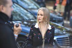 L'attrice e modella Lily-Rose Depp (17) alla sfilata di Chanel a Parigi, 4 ottobre 2016 (AP Photo/Zacharie Scheurer)