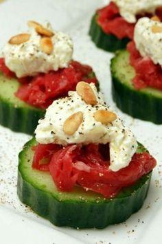 Plakje komkommer met carpattio,roomkaas,pijnboompitjes en Italiaanse kruiden of een beetje peper