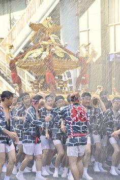 Tokyo: FUKAGAWA HACHIMANGU MATSURI  one of the three great Shinto festivals of Tokyo, along with the Kanda Matsuri and Sannō Matsuri.