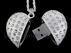 Una cadenita en forma de corazón que tenga USB sería un regalo perfecto para la mujer que más quieres. #Tecnología #OutletMty