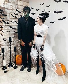 It's time to organise the best Halloween party! Check this list on Halloween party ideas: from DIY decoration ideas to party activities. Scary Couples Halloween Costumes, Classic Halloween Costumes, Looks Halloween, Halloween Outfits, Halloween 2019, Fun Couple Costumes, Fancy Dress Costumes Couples, Halloween Costume Makeup, Halloween Dress Up Ideas
