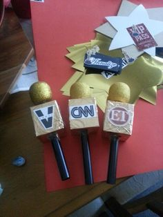 Microphones for Red Carpet Interviews. Old tea bag box covered with Clip Art logos (ideas for graduation party daughters)Option for photo booth props - DIY microphonesout of utensils, small balloon with gold glitter all over, cardboard box, print log Hollywood Red Carpet, Hollywood Theme, Hollywood Crafts, Old Hollywood Party, Hollywood Party Decorations, Hollywood Night, Red Carpet Party, Red Carpet Event, Movie Night Party