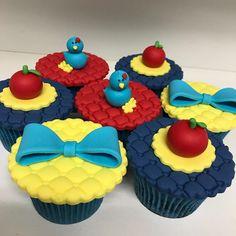 Cupcakes Branca de Neve #majuformiga #cupcakes #cupcakesdecorados #festabrancadeneve #docesbrancadeneve #deliciasdamaju Snowman Cupcakes, Giant Cupcakes, Pull Apart Cupcakes, Ladybug Cupcakes, Disney Princess Cupcakes, Disney Princess Snow White, Snow White Centerpiece, Snow White Cupcakes, Baby Snow White