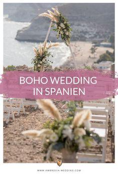 Heiraten am Strand in der Sonne am Meer ist wohl die romantischste Art sich zu trauen. Eine Hochzeit in Spanien am Meer ist entspannt und immer wunderschön. Ambrosia Wedding hilft dir bei der Planung deiner Strandhochzeit. Boho Hochzeit am Strand in Spanien. Traumhochzeit im Boho Stil, Boho Wedding in Spanien. Boho Deko für die Boho Braut.  #strandhochzeit #beachwedding #heiratenamstrand #bohowedding #bohohochzeit #bohodeko Wedding Ceremony Decorations, Table Decorations, Mediterranean Wedding, Boho Stil, Andalusia, Hippie Boho, Wedding Designs, Boho Wedding, Plants