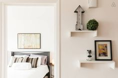 Locations saisonnières et locations en résidence - Airbnb Floating Shelves, Gallery Wall, Room, Inspiration, Home Decor, The Heat, Bedroom, Biblical Inspiration, Decoration Home