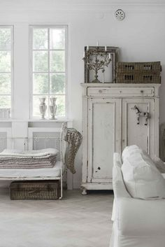 All white rooms = shabby chic bedroom furniture, shabby chic living room Shabby Chic Bedroom Furniture, Shabby Chic Living Room, Shabby Chic Bedrooms, Shabby Chic Kitchen, Shabby Chic Homes, Bedroom Decor, Mirror Bedroom, Chic Bedding, Small Bedrooms