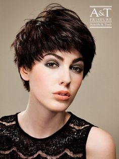 Arnoldy & Traub – Der Pixie Cut liegt total im Trend und kleidet besonders zarte, feminine Gesichter, zu denen der jungenhafte Schnitt einen reizvollen Kontrast bildet.Kurzhaar Cut