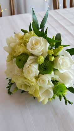 Gömb menyasszonyi csokor fehér, krém és zöld virágokból. Te is megálmodtad már a saját csokrodat? Mi elkészítjük neked! Böngéssz korábbi munkáink között: http://eskuvoidekor.com/viragdekoracio
