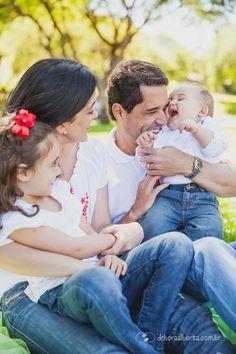 Família no parque com bebê.