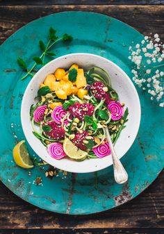 Cucumber noodles, beet root, mint + mango / Gurknudlar med rödbetsröra, mango och mynta - Evelinas Ekologiska