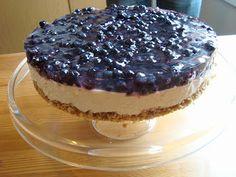 Suomalainen mustikka on kyllä hyvää! Tätäkin kakkua voin suositella ^^          Pohja:   200g keksejä   75g voita     Täyte:   5 liivateleh...