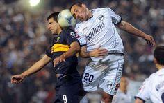 Torneo Inicial 2012 | Quilmes le dio un duro golpe a un Boca confundido y sin reacción (Foto: Cadena3) | Leé la nota completa en http://www.lapampadiaxdia.com.ar/2012/08/torneo-inicial-2012-quilmes-le-dio-un.html#