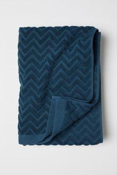Jacquard-patterned bath towel - Petrol - Home All Motif Zigzag, Zig Zag Pattern, Pantone, Blue Hand Towels, Best Bath Towels, Blue Bath, Custom Beach Towels, H & M Home, Everything