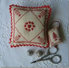 Adorno Rojo Pinkeep pincushion  fob Punto de Cruz / Cross Stitch / point croix