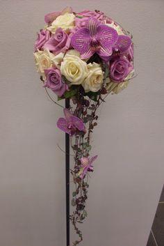 bukett Jelly Cake, Cascade Bouquet, Glass Vase, Dream Wedding, Floral Wreath, Wreaths, Flowers, Bridal Bouquets, Wedding Ideas