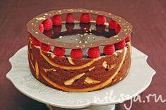 To do  шоколадный бисквит «Rive Gauche» — без муки;    - шоколадно-малиновый мусс;    - малиновое крем-брюле — на настое малинового чая и запекается с желатином;    - сигаретный бисквит + бисквит «Joconde» — создают чудесный рисунок, который делает каждый торт неповторимым;    - зеркальная глазурь, в шоколадном отражении которой, вы сможете увидеть украшения торта.