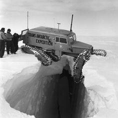 un vehículo para circular sobre la nieve atascado delicadamente sobre un precipicio durante la expedición transantártica de la commonwealth, 1955-1958