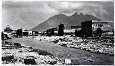 panorámica de Monterrey,a la izquierda se alcanza a ver la Iglesia San Luis Gonzaga,la fotografía al parecer está tomada desde donde estuvo el Puente San Luisito, es probable que la foto se tomara después de la inundación de 1900. fuente: Centro de Historia de Austin, Jones Glass Plate Collection,autor Hubert Jones.