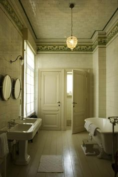 Original tiled bathroom at Boulevard Leopold in Antwerp...again, I would have trouble leaving this bathroom...such lovely tile. That aged white!