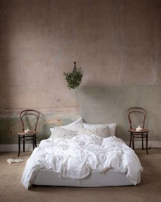 Vintage Industrial Decor Bedroom old plaster walls - Old stripped bare plaster walls and white stonewashed linen bedding instructions for how to properly care for linen bedding so it lasts for generations. Vintage Industrial Bedroom, Bedroom Vintage, Vintage Home Decor, Industrial Style, Vintage Style, Top Vintage, Bedroom Plants, Home Decor Bedroom, Design Bedroom