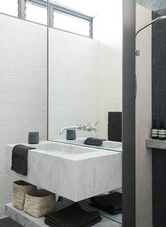 Une des salles de bains de cette maison de ville moderne fraichement construite